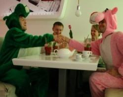 Saba nimel! Roheline Panter seljatas roosa