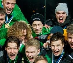 Gerdo Juhkam (keskel) sai küll kaaslastega tähistada, kuid tegelikult ei tohtinud noormees mängus osaleda. Foto: Gertrud Alatare
