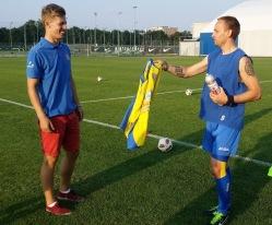 Viimases Kure trennis andis klubi tegevjuht Martti Pukk Pajunurmele USA-sse kaasa klubi särgi ja joogipudeli. Foto: FC Kuressaare Facebook