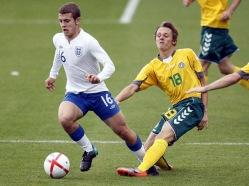 Arvydas Novikovas (paremal) on noortekoondiste tasemel rammu saanud katsuda ka Arsenali Jack Wilshere'iga. Foto: whoateallthepies.tv
