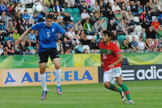 Artur Pikk (5) lõi Vadim Gurniku ehk Eesti väravavõrku esimese palli. Portugal lisas hiljem veel kaks, tulemuseks 0:3. Foto: Gertrud Alatare