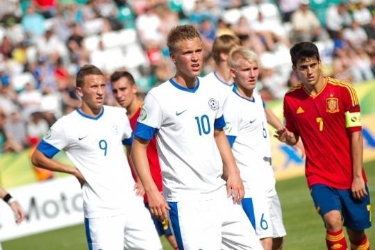 Artur Rättel (9), Brent Lepistu (10) ja Bert Klemmer (6) pidurdasid hispaanlasi. Vastu tuli võtta 0:2 kaotus. Foto: Hanna Odras