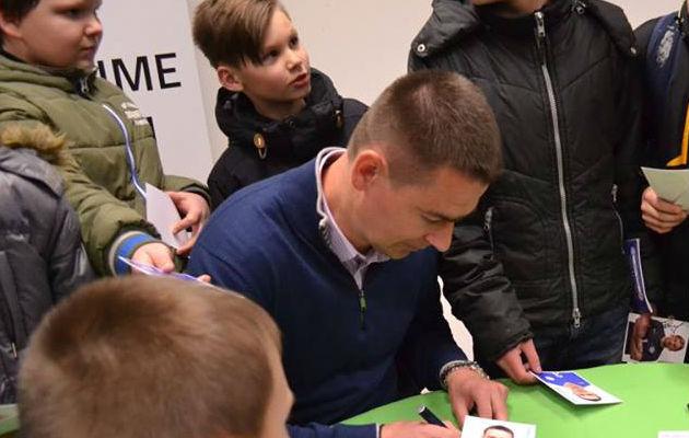 Andrei Stepanov lastele autogramme jagamas. Talvel sooviks ta allkirju anda ka Matvei Igoneni üleminekuga seotud paberitele. Foto: EJL