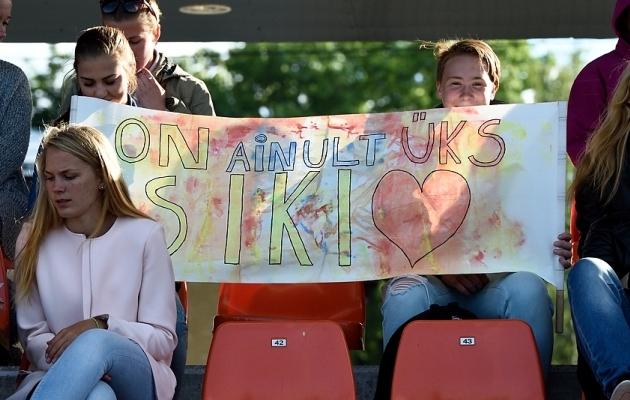 Signy Aarna fännid Tartus koondisemängul. Foto: Imre Pühvel