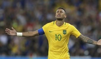 RESPECT: Neymar kallistas vastaste invaliidist fänni ja andis talle oma särgi