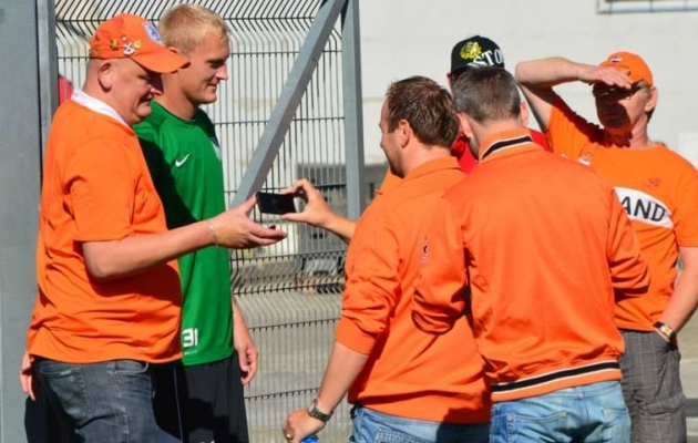 Eaglesi poolehoidjad oma mängijaid ei unusta. 2013. aastal Hollandi koondist Eestisse toetama sõitnud fännid püüdsid pildistamiseks kinni Sander Posti. Foto: FC Flora