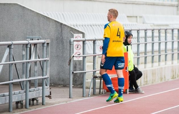 Magnus Villota punase kaardiga platsilt lahkumas. Foto: Brit Maria Tael