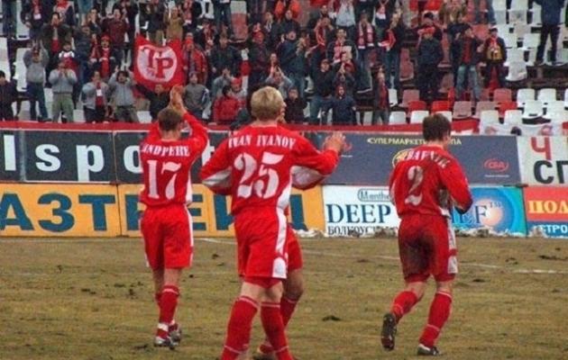 Lindpere (vasakult esimene) Sofia CSKA toetajatele plaksutamas. Foto: ofanziva.org