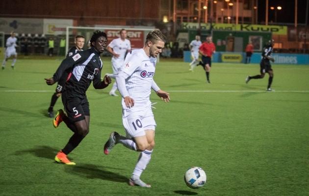 Toomet heitlemas liiga parimaks tunnistatud Ofosu Appiahiga. Foto: Soccernet.ee
