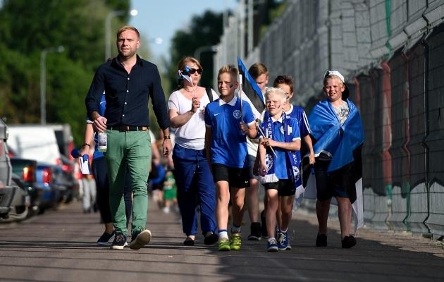 Pärnu maantee viadukti poolt viib staadionile korralik kõnnitee. Silma riivavad sel teel kehvas seisus garaažid, mis jalgpallihalli ja Nike Arena kõrvale jäävad. Foto: Imre Pühvel