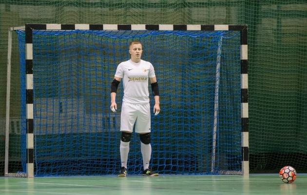 Pronksimängus punase kaardi saanud väravavaht Nikolai Pulkkinen. Foto: Brit Maria Tael