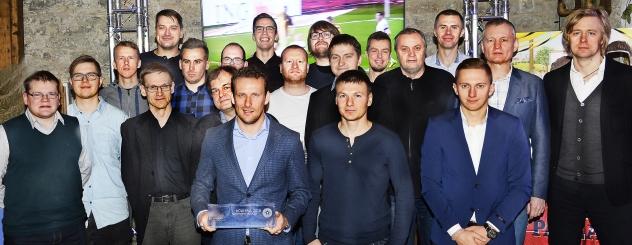 Osa EJAK-i liikmetest tänavusel Hõbepallil koos võitja Konstantin Vassiljevi ning auhinna nimel võistelnud Dmitri Kruglovi ja Pavel Mariniga. Foto: Lembit Peegel