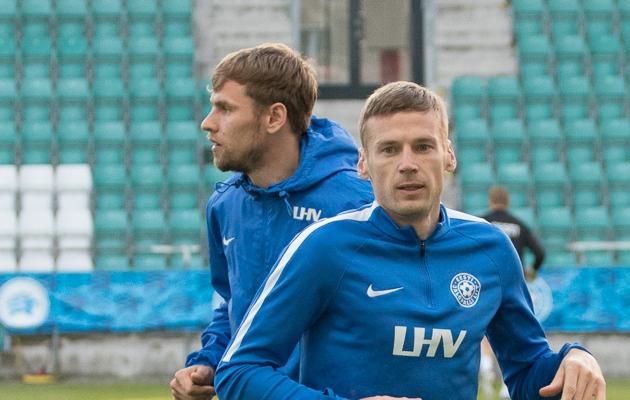 Artjom Dmitrijev (vasakul) alustab Aleksandr Dmitrijevi asemel Eesti põhikoosseisus. Foto: Oliver Tsupsman