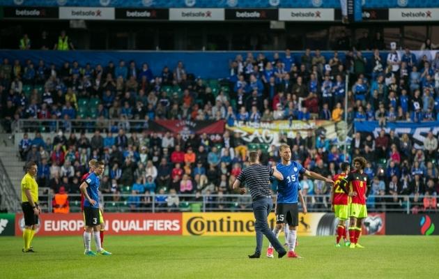 Võib juhtuda, et väljakule jooksnud mees saab FIFA poolt EJL-ile määratava trahvi ise kinni maksta. Foto: Brit Maria Tael