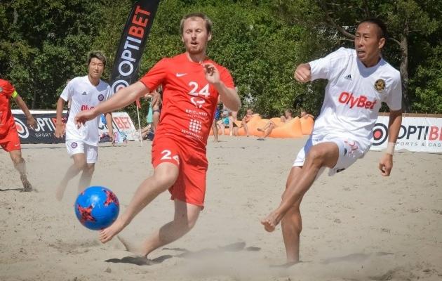 Jaapani staarid (valges) lisasid etapile vürtsi. Foto: Beach Soccer Estonia Facebook