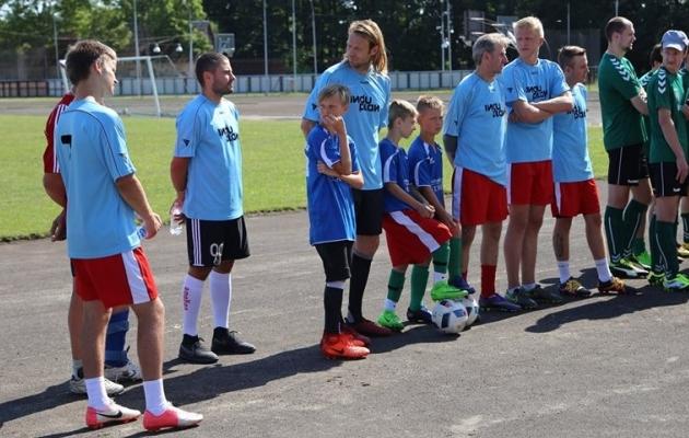 Verpakovskis (pükstel 99), Gorkšs (pikkade juustega) ja Läti lapsed. Milline elamus see veel neile oli! oto: Facebook (erakogu)