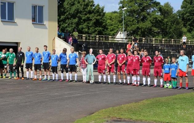 Vasakult Leedu (rohelises), Eesti (sinises), Inese Vaidere ja Artursi kujutis, Läti (punases) ja Engure (helesinises). Foto: Facebook (erakogu)