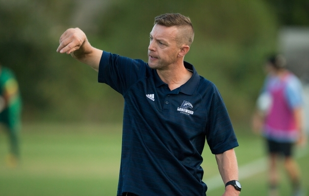 Lancersi inglasest peatreener Jon Atkinson hindab Pajunurme kõrgelt. Foto: longwoodlancers.com