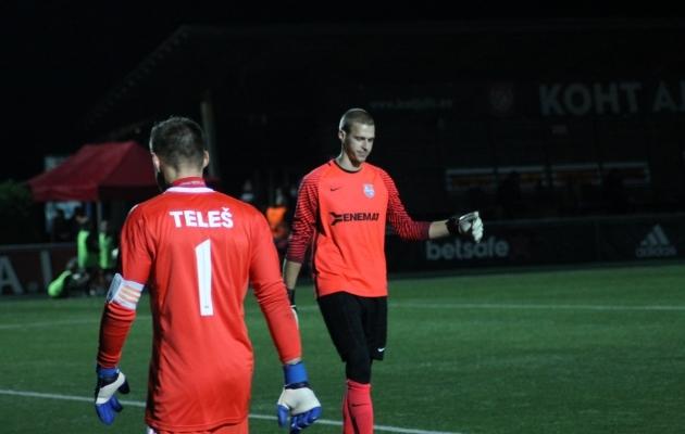 Raiko Mets tegi Paide väravasuul kõva tööpäeva ja tõrjus ka penalti, ent lõpuks tõusis kangelaseks hoopis Vitali Teleš. Foto: EJL