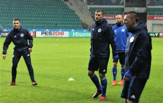 Edin Džeko (vasakult teine) on mõistagi Bosnia üks kõige ohtlikumaid mängijaid. Foto: Kasper Elissaar