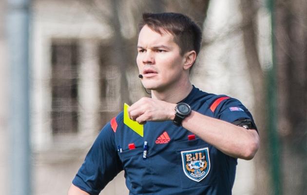 8. september - Grigori Ošomkov saadab Vapruse ja Tuleviku duellis väljakult ära vale mehe - nii vea teinud Toomas Pent kui ära saadetud Uku Kõrre pääsesid eksituse tõttu mängude vahele jätmisest. Foto: Brit Maria Tael