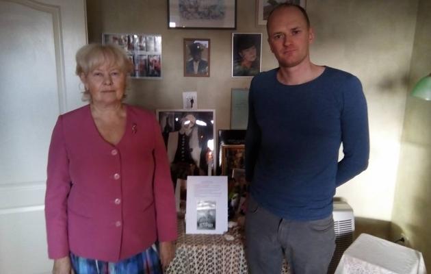 Õetütar Tiina Poolgas ja lapselapselaps Toomas Ellmann on Etsi surma-aastapäeva puhul süüdanud küünla.