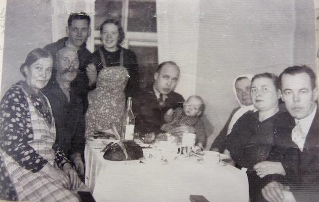 Perepilt. Vasakul istuvad Etsi vanemad, taga seisab õde koos oma mehega, keskel istub Ets, kellel on poeg süles, paremalt kolmas on vanaema, kõige paremal vend koos kaaslannaga.