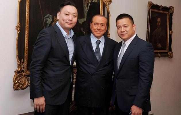 Silvio Berlusconi (keskel) ja Milan olid aastaid sünonüümid. Nüüd on mees kõrvale astunud. Foto: caixin.com