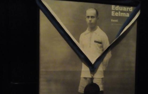 Ajakirjas Jalka ilmus 2009. aastal Etsist poster. Toomas on postri ära raaminud ja medali juurde meisterdanud.