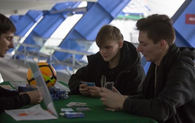 Martin Lepa tänavusel fänniturniiril Kalevi spordihallis noortele huvilistele mängu tutvustamas. Foto: Jana Pipar