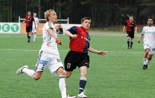 Tiirik (17) ja Mikk Haavistu (2) palli pärast võitlemas. Selle 2009. aasta 12. vooru mängu võitis Trans Hiiul 2:1. Foto: Märt Vassiljev (arhiiv)