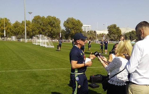 Janne Andersson Rootsi koondise treeningu järel intervjuusid jagamas.