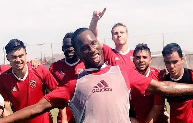 Didier Drogba esiplaanil ning Matthew Hurlow-Paonessa tagaplaanil kohe Drogba kõrval paremal. Foto: Phoenixi Twitter