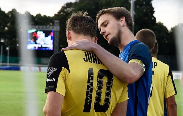 Gerdo Juhkam (10) ja Jürgen Lorenz (sinises) - kas meeskonnakaaslased, üks asendab teist või ei näe Tammeka särgis kumbagi? Foto: Imre Pühvel