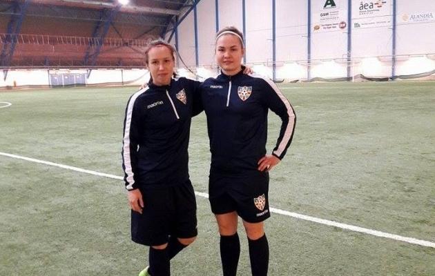 Pille Raadik ja Signy Aarna mängivad koondisega oma koduklubi vastu. Foto: Eesti naiste jalgpalli Facebook