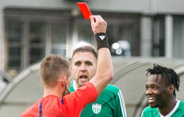 Artjom Artjunin möödunud hooaja viimases mängus, kus ta ei olnud rahul meeskonnakaaslasele Gandole näidatud punase kaardiga. Foto: Brit Maria Tael
