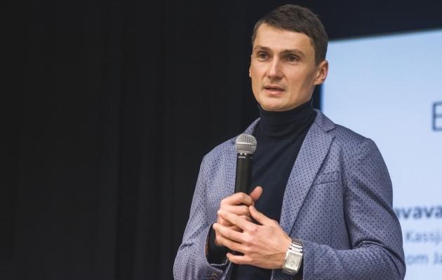 Andrei Kalimullin asus Maardu abitreeneriks. Vajadusel tõmbab ta ka putsad jalga. Foto: Maardu Linnameeskonna Facebook