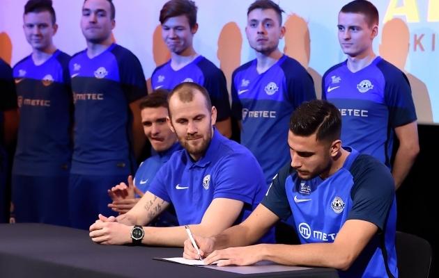 Akim Sairinen lepingut allkirjastamas. Foto: Imre Pühvel