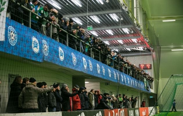 Publik saab liigajalgpalli nautimist alustada katuse all. Foto: Brit Maria Tael