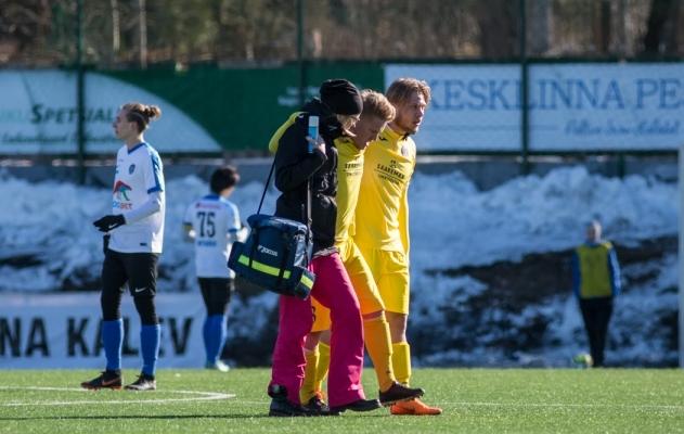 Kas veidi paremates tingimustes mängides oleks ühes mängus neli Kuressaare mängijat end vigastanud? Foto: Jana Pipar