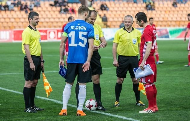 Eesti ja Armeenia koondise kaptenid Ragnar Klavan ja Henrikh Mkhitarjan enne mängu. Foto: Brit Maria Tael