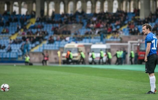 Konstantin Vassiljev ja pall. Kostja sajas mäng tuli Armeenias nagu ka esimene koondisevärav üheksa aastat tagasi. Foto: Brit Maria Tael