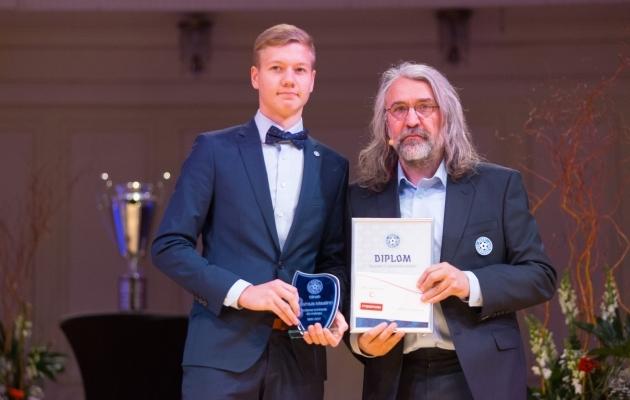 Rasmus Maalinn (vasakul) sai Eesti Jalgpalli Liidu presidendilt Aivar Pohlakult aktiivse kohtunikutöö eest auhinna. Foto: Jana Pipar