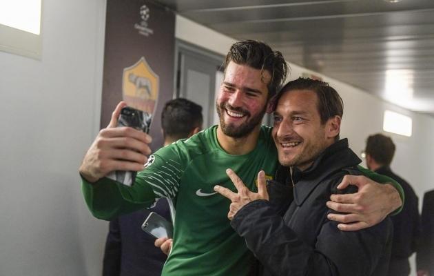 Roma väravavaht Alisson Becker ja Francesco Totti Barcelona alistamise järel. Foto: Roma Twitter