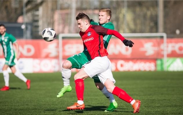 Eduard Golovljov võitlemas Levadia poolkaitsja Juri Tkatšukiga. Foto: Jana Pipar / EJL