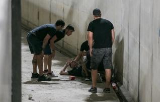 Fotod: APOEL-i fänn kukkus Flora mängu ajal mitme meetri kõrguselt betoonkraavi ja viidi kanderaamiga minema