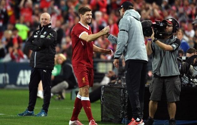 Gerrard on Liverpooli särgis Jürgen Kloppi käe all küll mänginud, aga ainult sõprusmängus. Foto: scoopnest.com