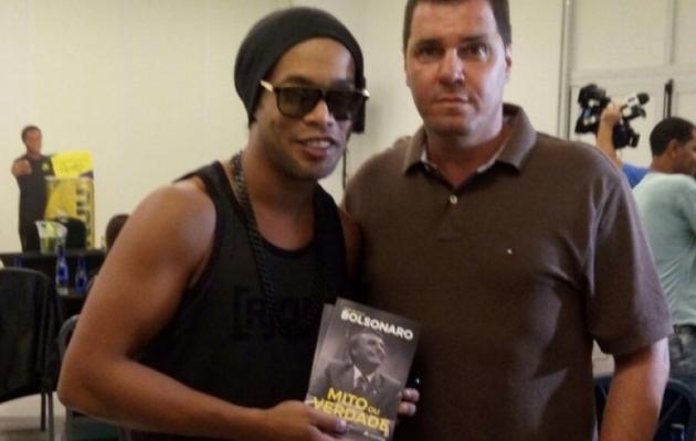 Ronaldinho hoiab Jair Bolsonaro raamatut käes. Foto: blogs.oglobo.globo.com