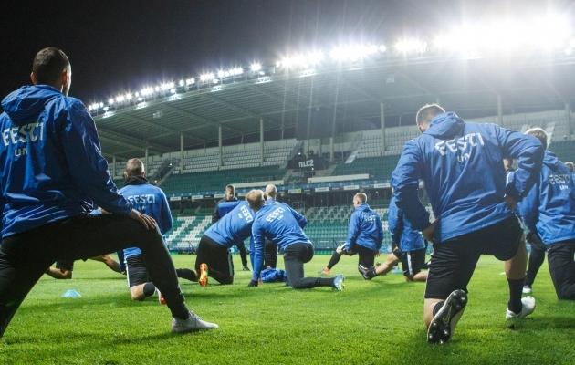 Eesti vutimehed püüavad väljakul ja fännid tribüünil soomlased alistada. Foto: Oliver Tsupsman