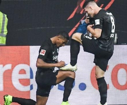 Mitte mingi tavaline mäng: 20-aastane serblane lõi viis väravat, kukutas Bayerni eurokohalt ja tõusis Bundesliga parimaks